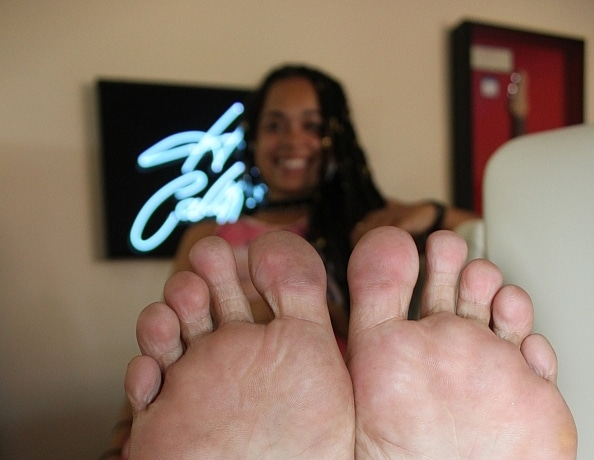 content/elexies-foot-worship-at-the-bar/3.jpg