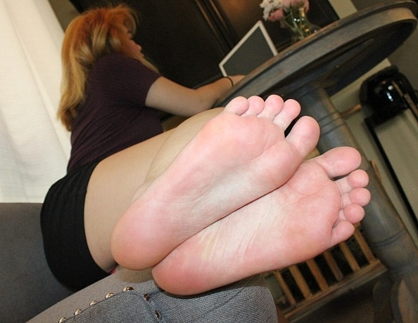 content/mollys-office-foot-worship/3.jpg