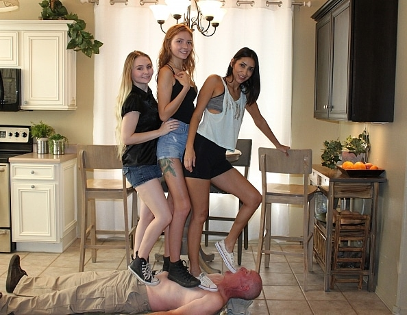 content/the-3-girl-trampling-record/4.jpg