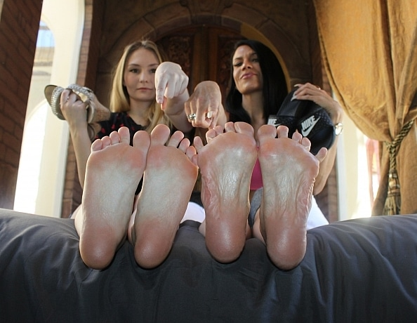 content/xana-and-melodys-foot-worship-punishment/3.jpg
