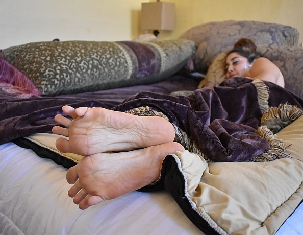 content/xana-takes-care-of-highnesss-sleepy-feet/2.jpg