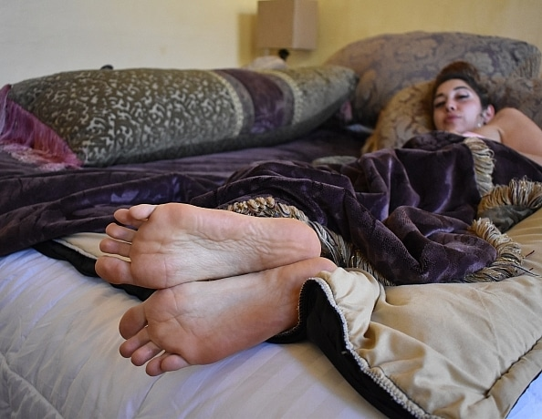 content/xana-takes-care-of-highnesss-sleepy-feet/3.jpg